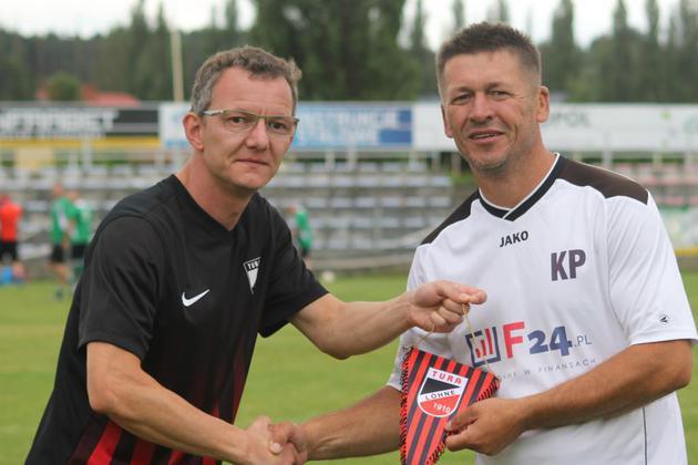Marco Rolfsmeyer (links) übergibt einen Wimpel.